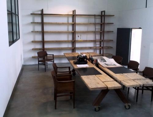 Tavolo e libreria back up comunicazioni